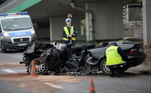 BMW rozbite na filarze mostu Łazienkowskiego w Warszawie
