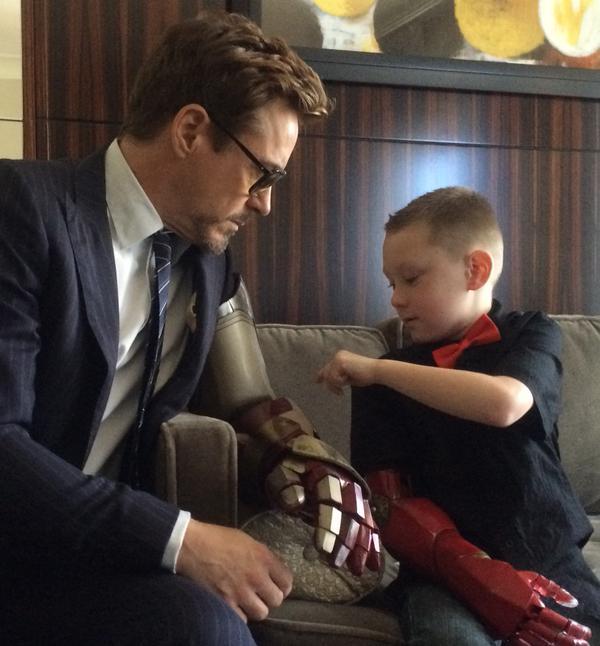 Iron Man wręczył sztuczną rękę chłopcu