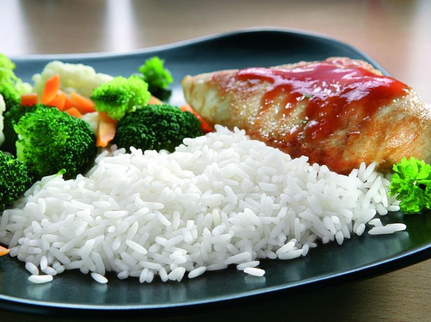 Pierś z kurczaka w sosie pomidorowym z ryżem