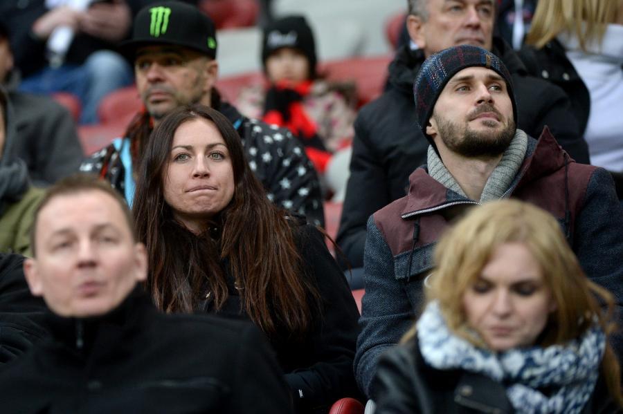 Justyna Kowalczyk (C-L) na trybunach podczas żużlowego Grand Prix Polski na Stadionie Narodowym w Warszawie
