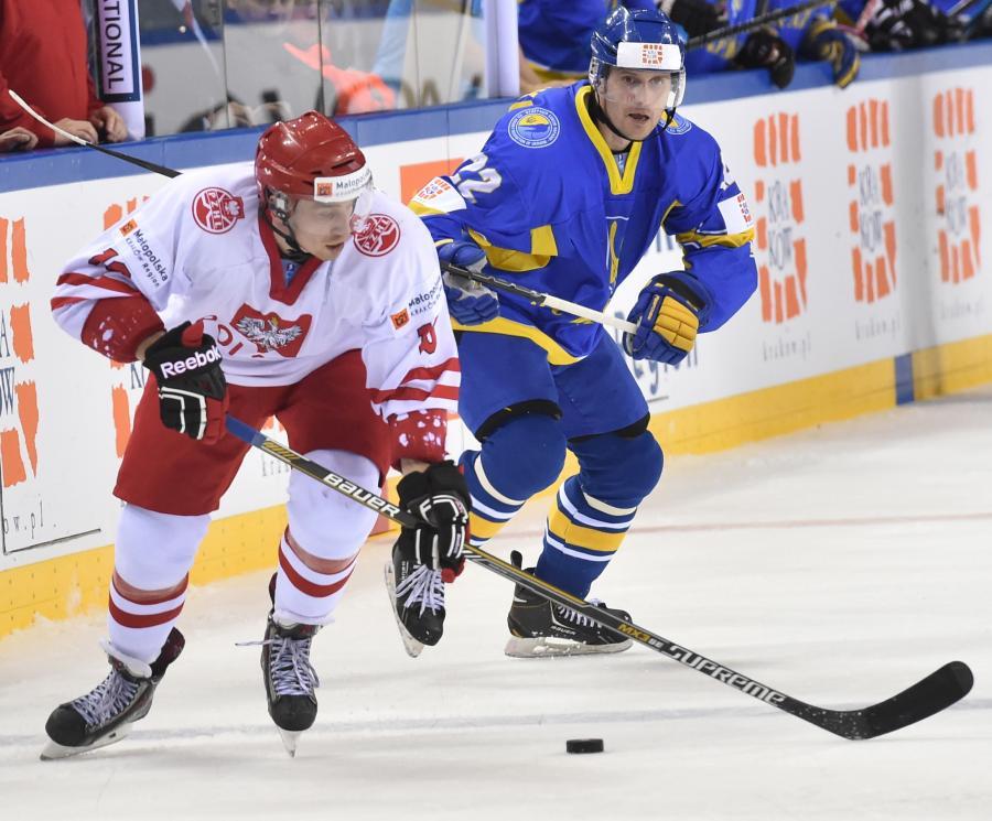 Polak Krystian Dziubiński (L) walczy o krążek z Artemem Gnidenko (P) z Ukrainy podczas meczu hokejowych mistrzostw świata dywizji 1A w Krakowie