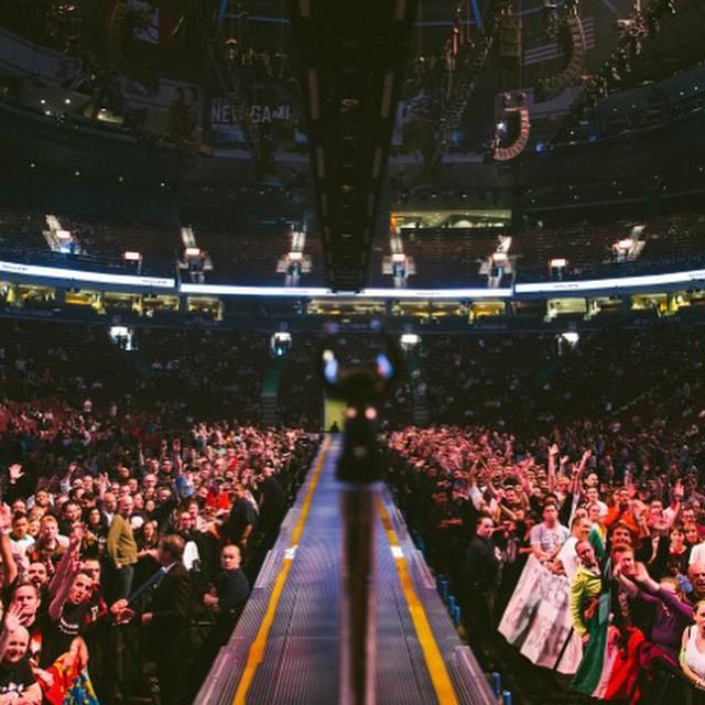 Gitarzysta U2 The Edge spadł ze sceny