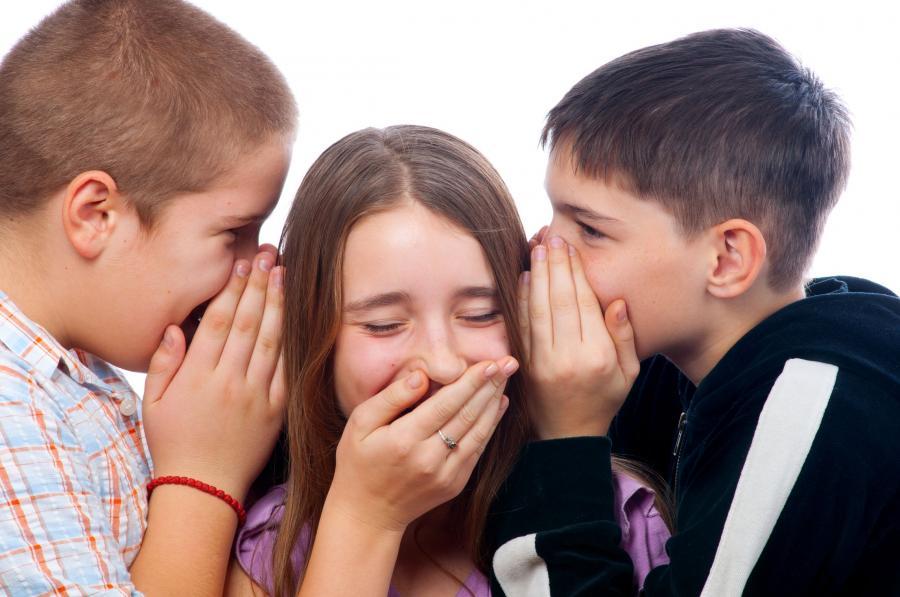 Dzieci szepczące sobie na ucho
