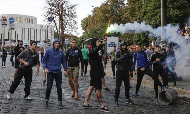 Polski dziennikarz pocięty nożem w Kijowie. Ukraińcy polowali na Polaków. ZDJĘCIA