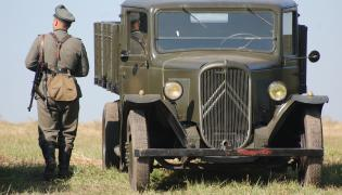 Mężczyzna w niemieckim mundurze i ciężarówka - grupa rekonstrukcyjna na Ukranie