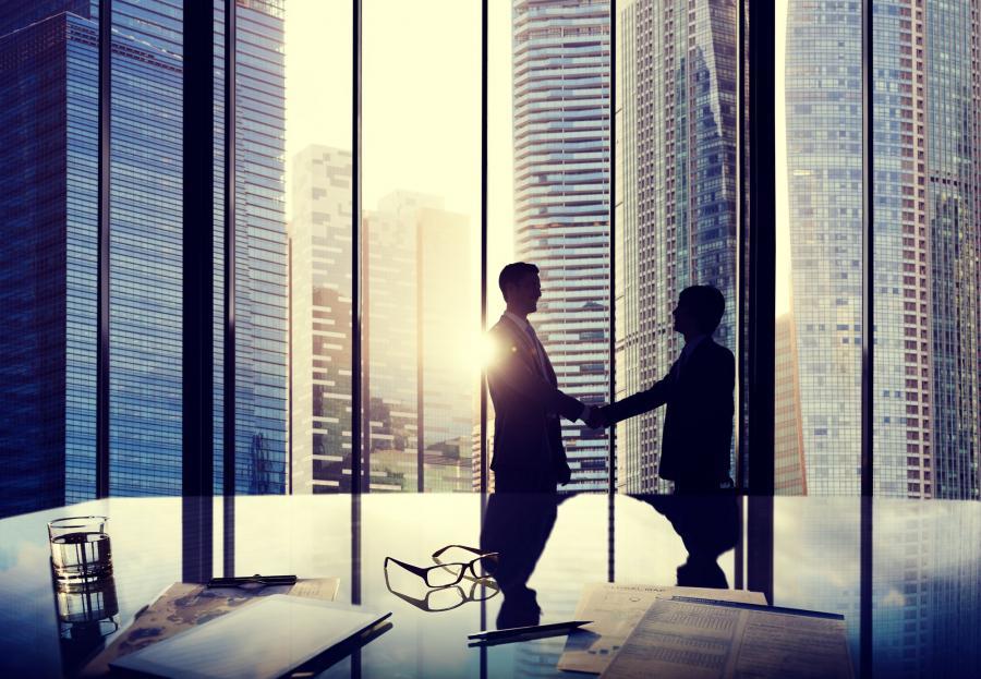 Ludzie w biurze z widokiem na wieżowce