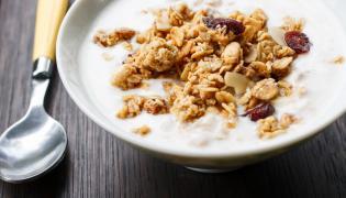 Jogurt naturalny z płatkami