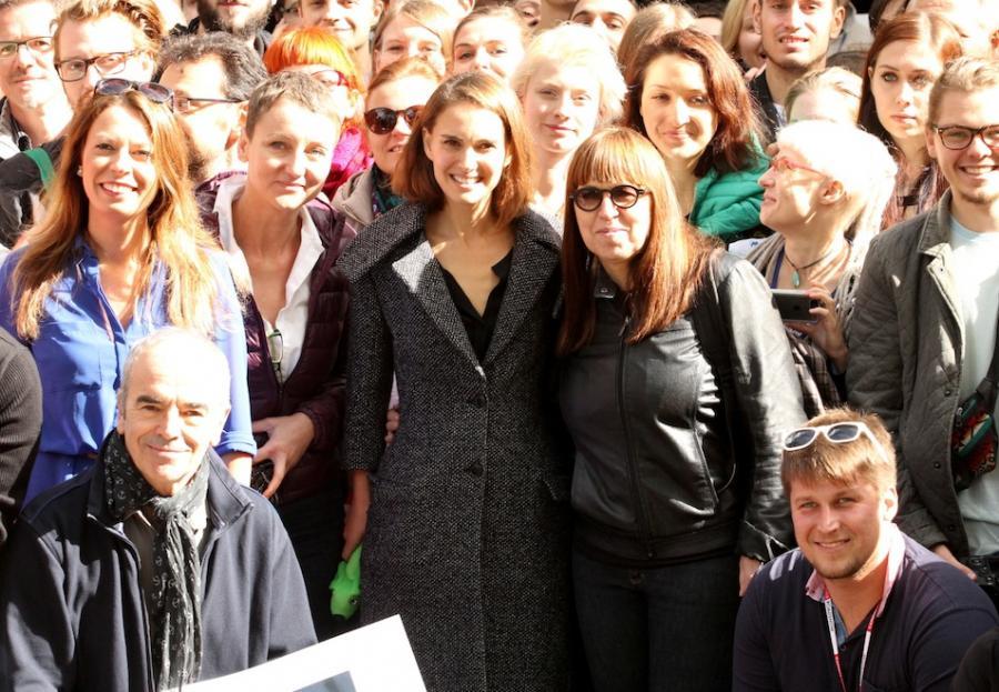 Natalie Portman pozuje do pamiątkowego zdjęcia po wykładzie