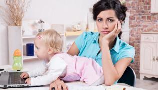Matka z dzieckiem przy laptopie