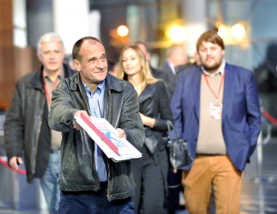 Lider ruchu Kukiz\'15 Paweł Kukiz w drodze do studia Telewizji Polskiej