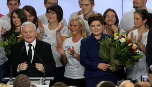 Jarosław Kaczyński i Marta Kaczyńska oraz wiceprezes PiS, kandydatka na premiera Beata Szydło