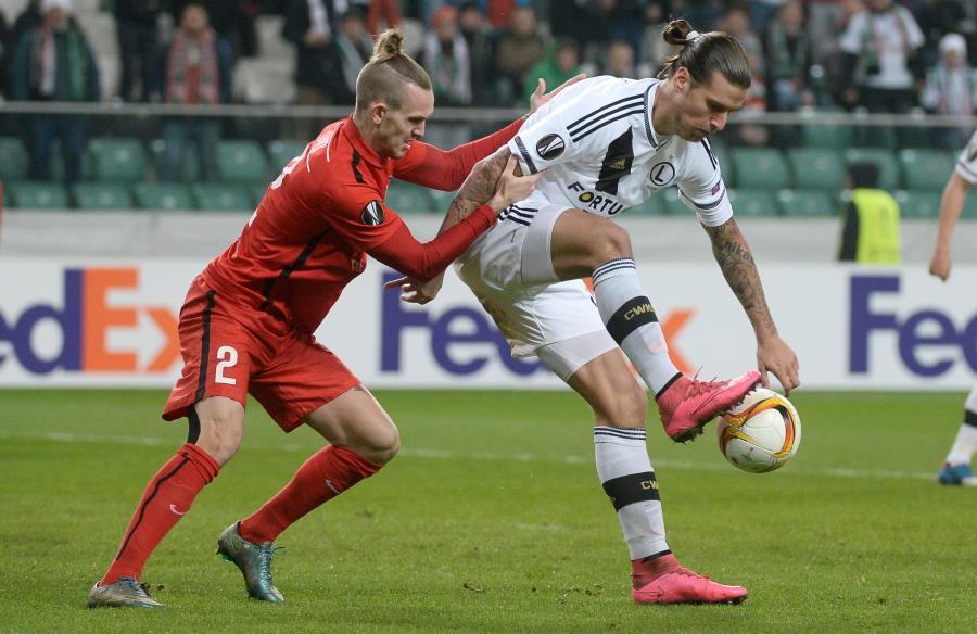 Zawodnik Legii Warszawa Aleksandar Prijovic (P) walczy o piłkę z Kianem Hansenem (L) z duńskiego FC Midtjylland