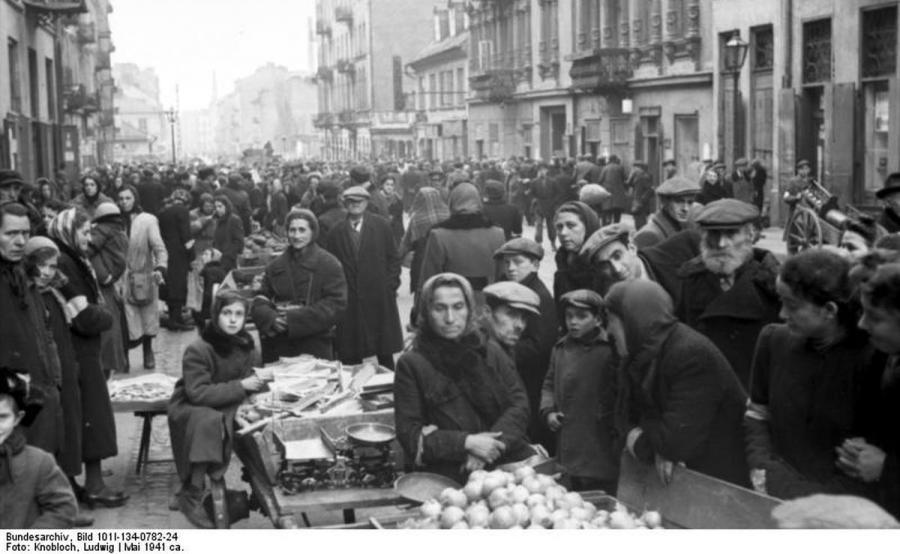 Getto warszawskie, ulica Smocza (fot. Bundesarchiv, Bild 101I-134-0782-24 / Knobloch, Ludwig / CC-BY-SA 3.0)