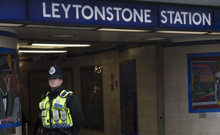 Policjant przed stacją metra Leytonstone w Londynie, gdzie miał miejsce atak nożownika