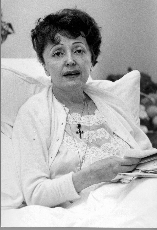 Schorowana Edith Piaf w szpitalnym łóżku