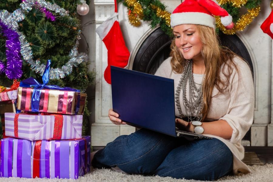 Kobieta z laptopem pod choinką