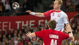 Adam Wiśniweski (góra) blokowany przez Czecha Jana Landę podczas meczu finałowego turnieju piłkarzy ręcznych Christmas Cup we Wrocławiu
