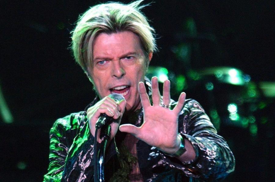 David Bowie podczas koncertu w Hamburgu 2003 roku