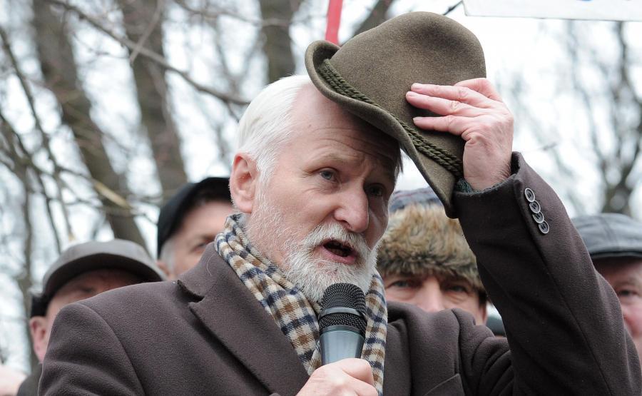 Były minister rolnictwa i gospodarki żywności, były przewodniczący Polskiego Stronnictwa Ludowego – Porozumienia Ludowego Gabriel Janowski podczas protestu rolników przed KPRM 19 lutego 2015 r.