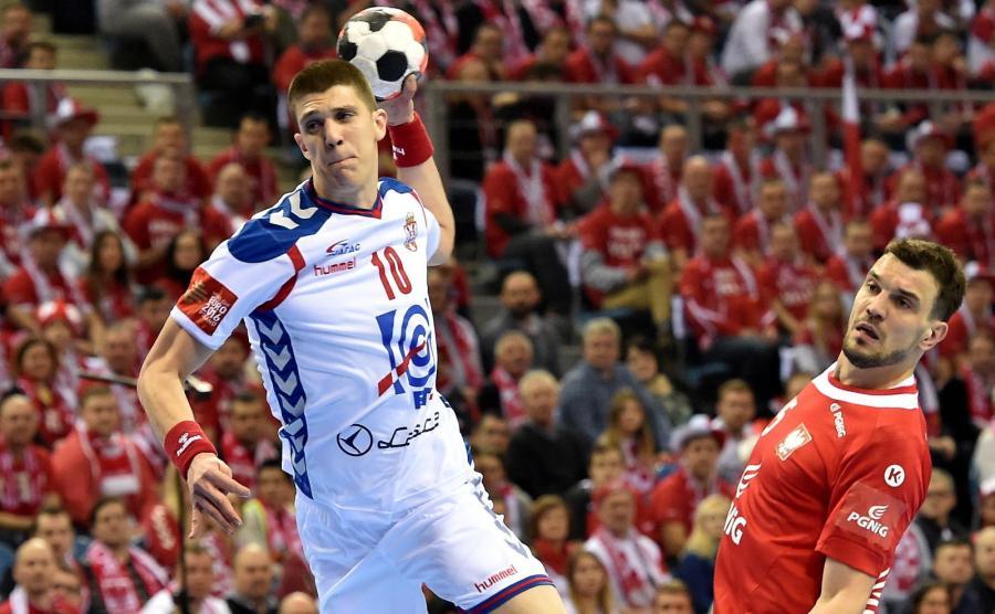 Polak Michał Jurecki (P) i Serb Darko Dukic (L) podczas meczu grupy A mistrzostw Europy piłkarzy ręcznych w Krakowie