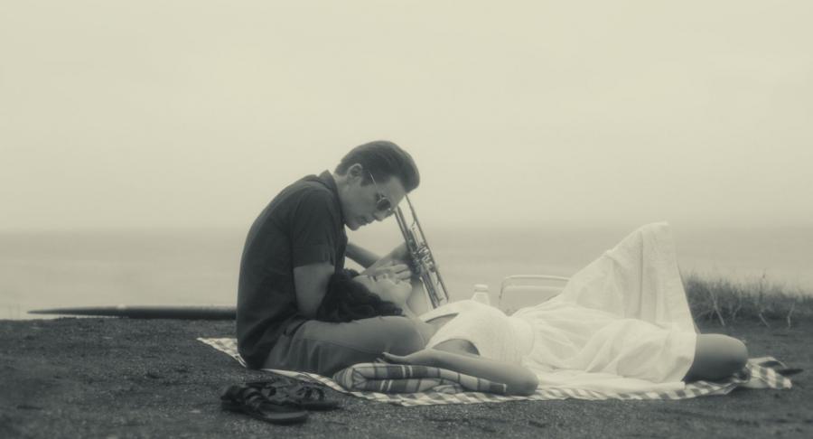 Ethan Hawke i Carmen Ejogo w filmie \
