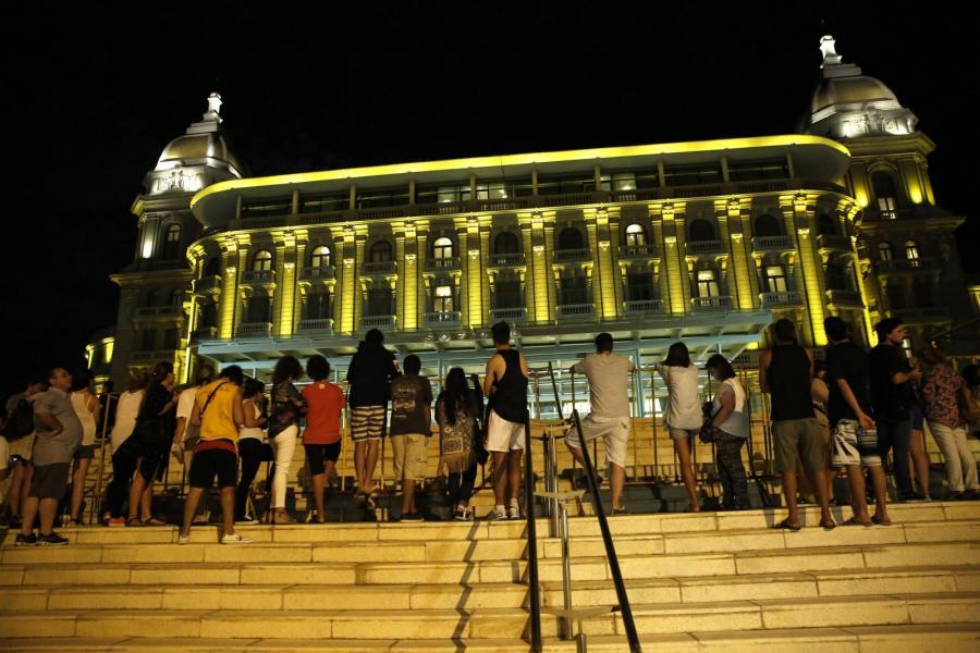 Fani przed hotelem w Montevideo, w którym zatrzymali sięStonesi