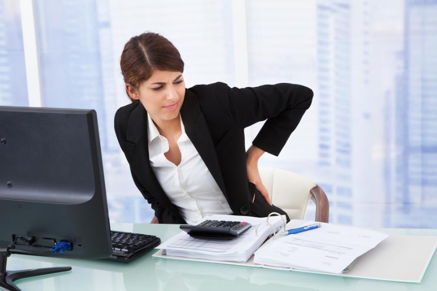 Obolała kobieta przy biurku