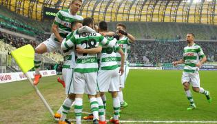 Piłkarze Lechii Gdańsk cieszą się z gola Flavio Paixao (C) podczas meczu polskiej Ekstraklasy z Jagiellonią Białystok