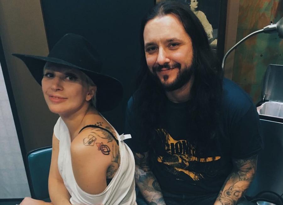 Lady Gaga Jednoczy Ofiary Przemocy Seksualnej Tatuażem