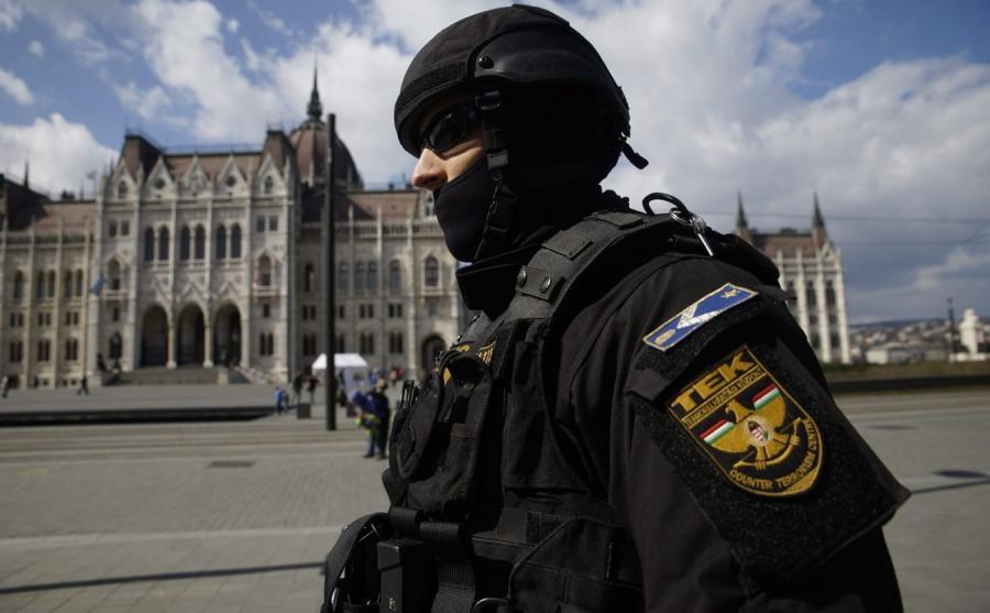 Antyterrorysta przed parlamentem w Budapeszcie