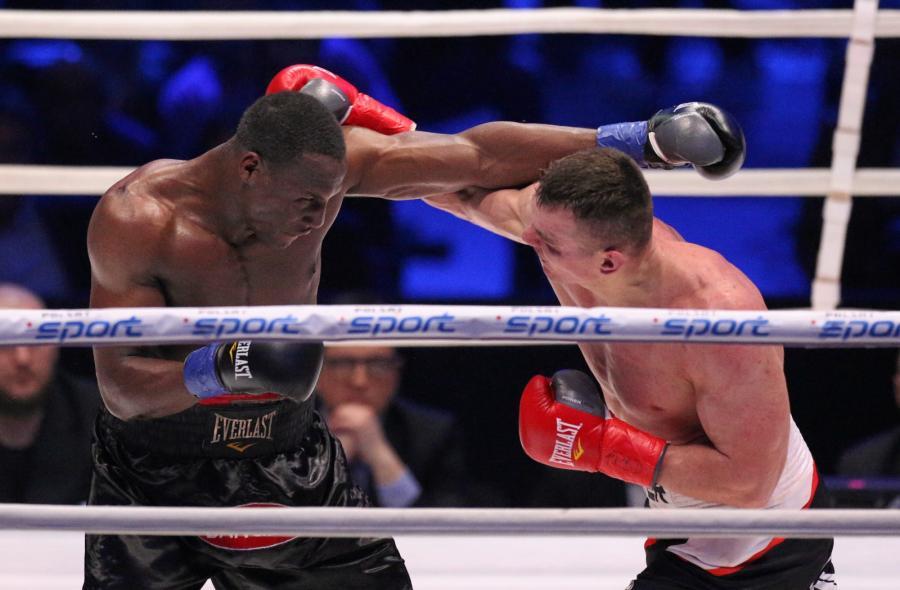Mateusz Masternak (P) i Amerykanin Eric Fields (L) podczas walki w wadze junior ciężkiej, w trakcie gali bokserskiej Polsat Boxing Night