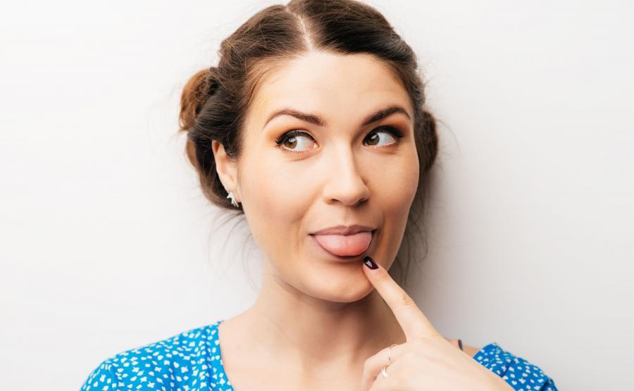 Kobieta pokazuje język