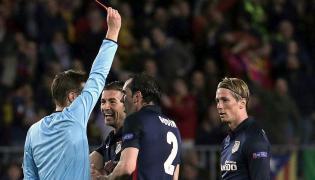 Felix Brych w meczu ćwierćfinałowym Ligi Mistrzów z Barceloną (2:1) ukarał dwoma żółtymi kartkami i w konsekwencji czerwoną Fernando Torresa