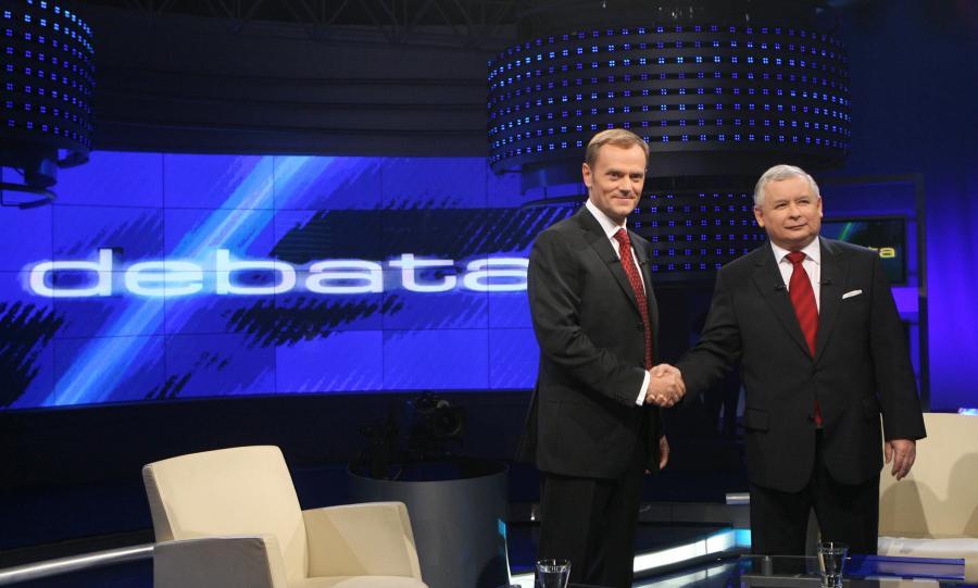 Donald Tusk i Jarosław Kaczyński w studiu telewizyjnym w czasie debaty przedwyborczej w październiku 2007 roku