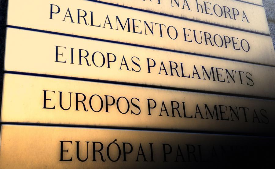 Parlament Europejski. Tablica przed wejściem do budynku