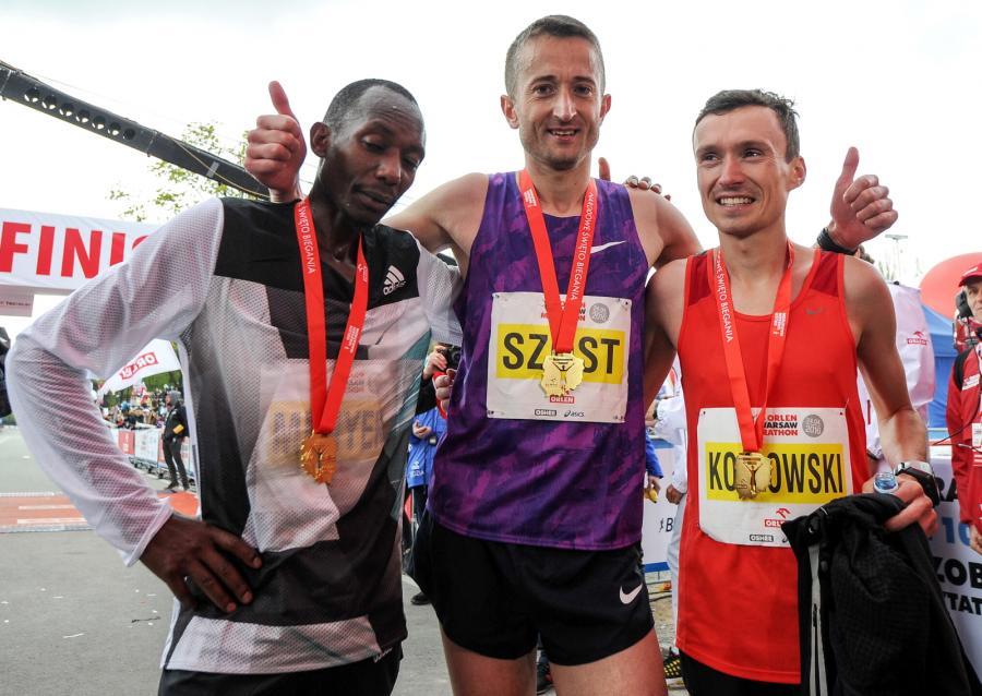 Od lewej: Kenijczyk Charles Munyeki Kiama (3. miejsce), Polak Henryk Szost (2. miejsce) i Polak Artur Kozłowski (1. miejsce oraz Mistrzostwo Polski), na mecie Warsaw Orlen Marathon