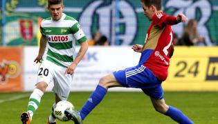 Zawodnik Piasta Gliwice Marcin Pietrowski (P) i Jakub Wawrzyniak (L) z Lechii Gdańsk, podczas meczu Ekstraklasy
