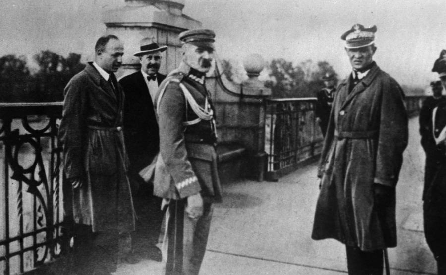 Marszałek Józef Piłsudski na Moście Poniatowskiego, tuż przed zamachem majowym