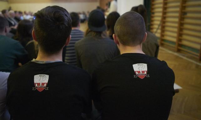 44bf11d34 Placówki kręcą nosem na odzież patriotyczną - Najnowsze informacje i  wiadomości ze świata edukacji dziennik.pl