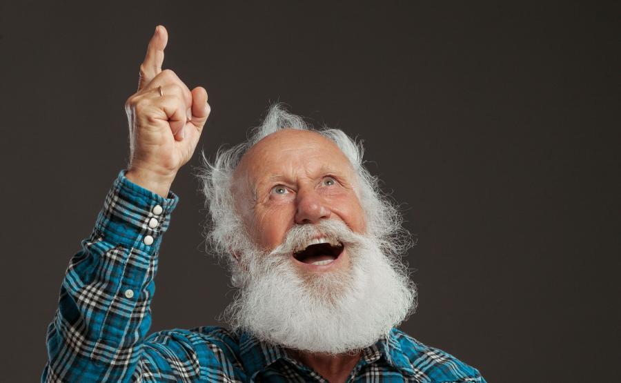 Uśmiechnięty starszy mężczyzna