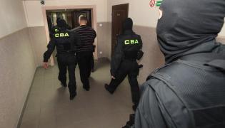 Funkcjonariusze CBA prowadzą zatrzymanego