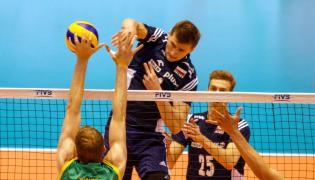 Piotr Nowakowski (C) atakuje po bloku Australijczyka Aidana Zingela (L) w ostatnim meczu interkontynentalnego turnieju kwalifikacyjnego do Igrzysk Olimpijskich w Rio