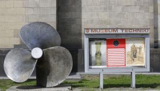 Okrętowa śruba przed wejściem do Muzeum Techniki