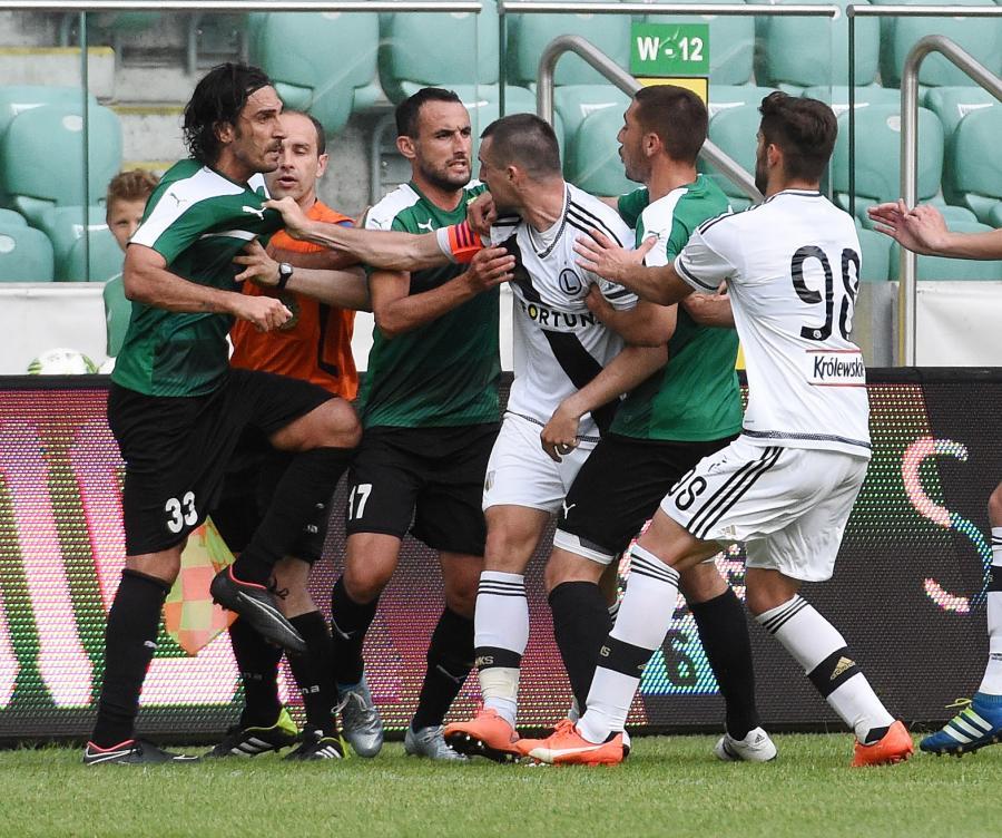 Przepychanka między zawodnikami Legii Warszawa (białe stroje) i AEK Larnaka podczas meczu sparingowego w stolicy