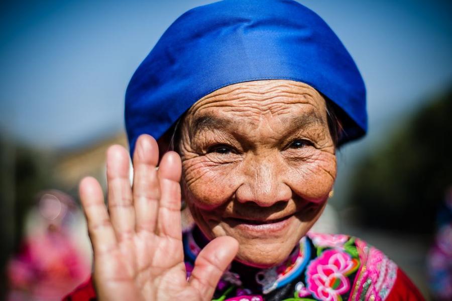 """Kobieta z plemienia Yi, Chiny; fot. T. Bogusz / """"Pirania na kolację"""""""