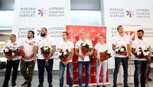 Polscy lekkoatleci podczas powitania na warszawskim lotnisku Okęcie