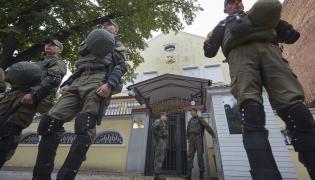 Przepychanki przed rosyjskimi placówkami dyplomatycznymi