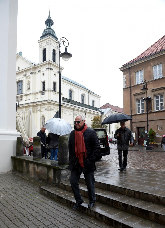 Aktor Marek Kondrat przed wejściem do kościoła