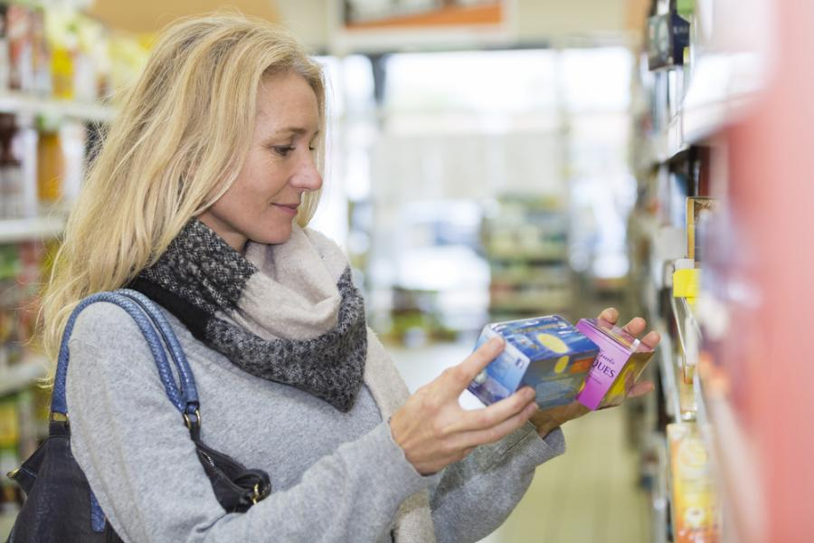 Kobieta kupująca herbatę