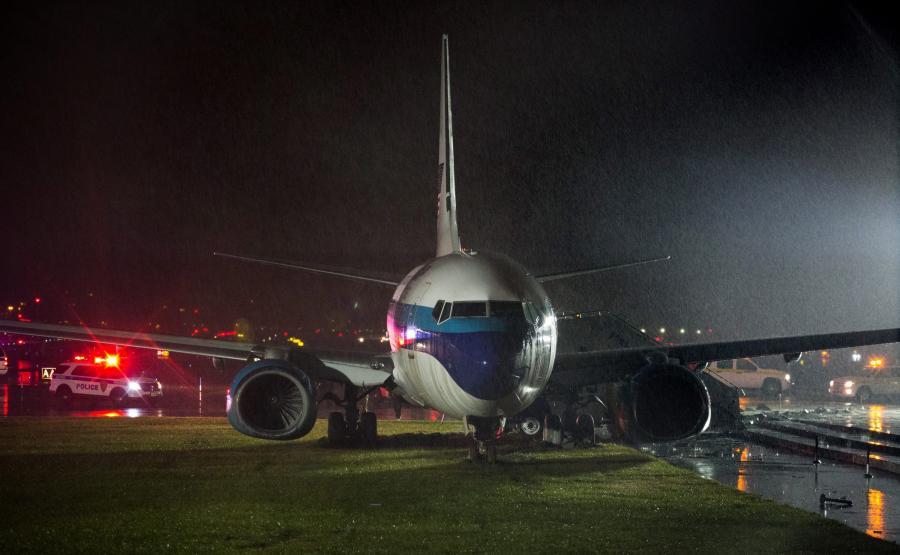 Samolot, którym leciał gubernator Mike Pence wypadł z pasa na lotnisku